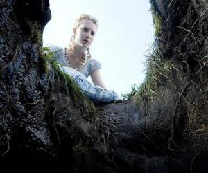 Alice (Mia Wasikowska) to fall into the rabbit hole will make it a wonderland puzzle