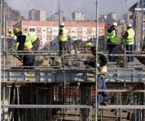 General view of a house under construction with different operators working puzzle