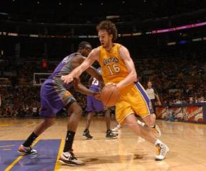Pau Gasol playing a basketball game puzzle