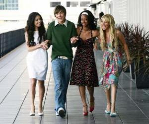 Troy Bolton (Zac Efron) with her girlfriends Gabriella Montez (Vanessa Hudgens), Taylor (Monique Coleman) and Sharpay Evans (Ashley Tisdale) puzzle